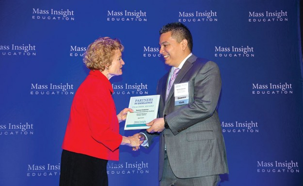 ➥➥ Sammy Gutierrez fue uno de los profesores que recibió el premio a la excelencia durante los Mass Insight Education Partners in Excellence Awards. El profesor Gutiérrez, enseña clases AP Calculus y AP Statistics en Boston Community Leadership Academy.