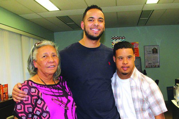 ➥➥ Carlos Rivera, en el centro posa con su abuela Carmen L. Millán y su hermano Joshua Rivera. Rivera se graduará con honores del Nothern Essex Community College.