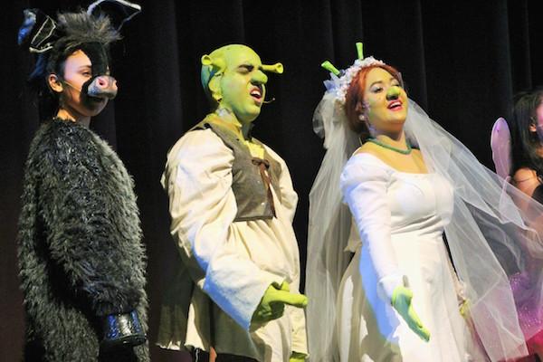 Kianaly Ortega juega el papel del asno mientras Yamael Gómez interpreta Shrek y Genesis Toledo es Fiona.