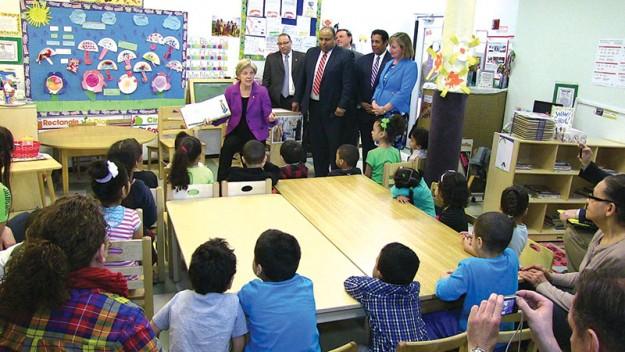 ➥➥ La Senadora Elizabeth Warren, durante su visita al Greater Lawrence Community Action Council leyó un cuento a niños del programa Head Start.