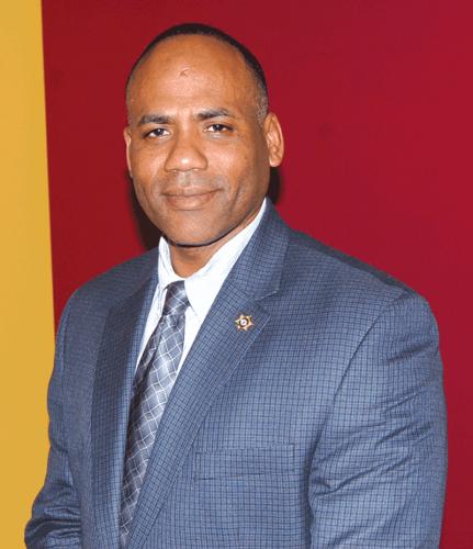 ➥➥ Sargento William Castro busca el apoyo del voto latino.