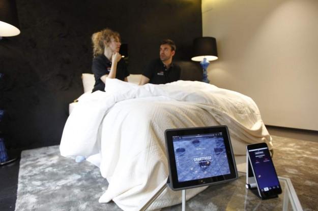 Dos personas muestran el primer colchón inteligente del mundo que detecta una infidelidad. Foto: EFE.