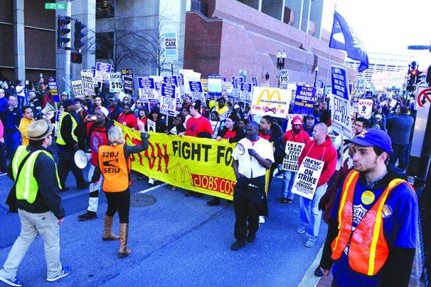➥➥ Con carteles y pancartas trabajadores demandan en Boston salario mínimo de $15 la hora.
