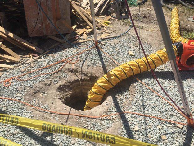Lugar donde las autoridades federales hallaron hoy, miércoles 20 de abril de 2016, un sofisticado pasadizo de aproximádamente 800 metros de longitud, en Otay Mesa, California (EE.UU.). El túnel iniciaba en una residencia en Tijuana (México) y llegaba hasta este hoyo de un metro de diámetro que era cubierto con un contenedor industrial de basura en medio de un lote comercial al aire libre en Otay Mesa, California (EE.UU.). EFE/Alexandra Mendoza.