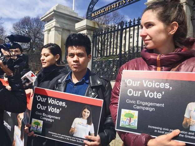 ➥➥ Con pancartas promueven el voto latino.