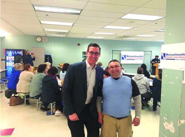 ➥➥ Con el activistas salvadoreño José Alvarez, Dan Cahill celebra su triunfo en las primarias demócratas para Representante estatal por el Distrito 10.