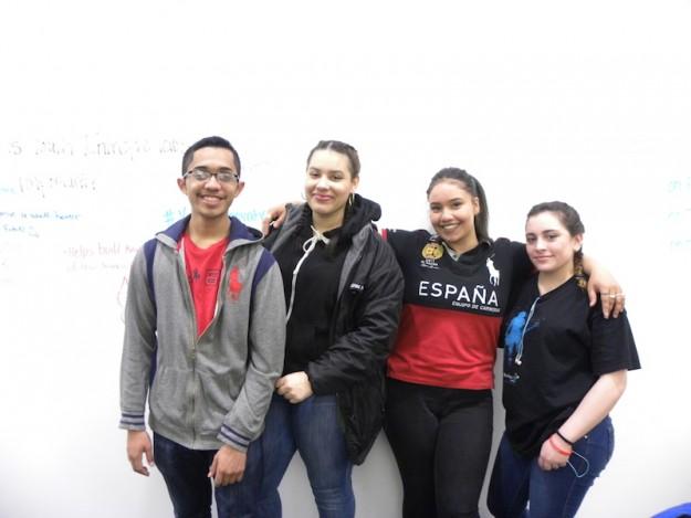 Estudiantes de Fenway High School y participantes de ¡emprende! de Sociedad Latina