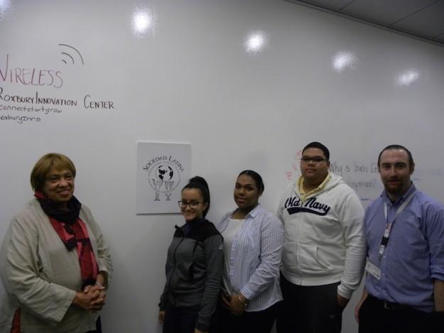 Peggy Kemp, directora de Fenway High School, los estudiantes María Alicea, Pamela Jiminian y Manuel Martínez, y Dan Davis, coordinador de ¡emprende!