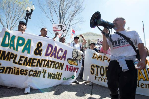 Decenas de personas sostienen carteles de apoyo a los inmigrantes afectados por los programas de Acción Diferida para Responsabilidad de los Padres (DAPA) y de Acción Diferida (DACA) durante una manifestación celebrada frente al Tribunal Supremo en Washington. EFE/Archivo