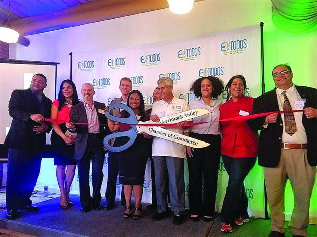 ➥➥ Miembros del personal de Negocios Exitosos, oficiales de la ciudad y la Cámara de Comercio cortan la cinta inaugurando el local de Negocios Exitosos en el 60 Island St., Lawrence.