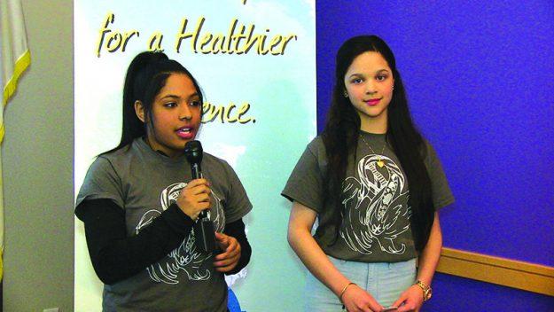 ➥➥ Jayleen Reyes y Natalí Pérez durante la presentación del documental ¿Qué es la educación?