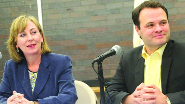 La Senadora Barbara L'Italien y el Senador Eric Lesser escuchan las sugerencias de los milenarios en la Biblioteca Pública de Lawrence.