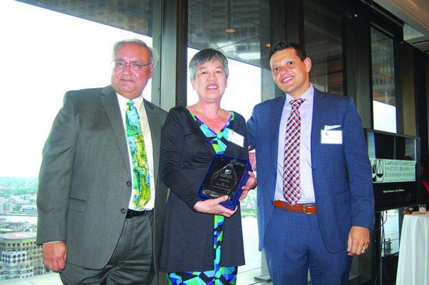 ➥➥I van Espinoza Madrigal y John Lozada, dos abogados latinos que prestigian la organización, con una de las premiadas, Cynthia Mark.