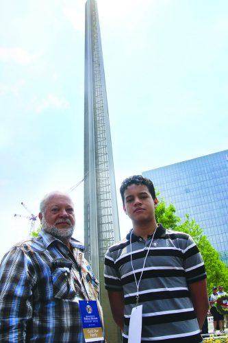 ➥➥ Andy Jiménez y su hijo Alexander Jiménez posan delante del monumento dedicado a los soldados procedentes de Massachusetts que fallecieron en Iraq y Afganistán.