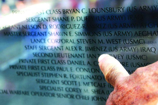 ➥➥ Andy Jiménez encontró el nombre de su hijo el Sargento Alex R. Jiménez en el monumento en Fan Pier, Boston, ubicado en el 1 Marina Park Drive, dedicado a los soldados procedentes de Massachusetts que fallecieron en Iraq y Afganistán.