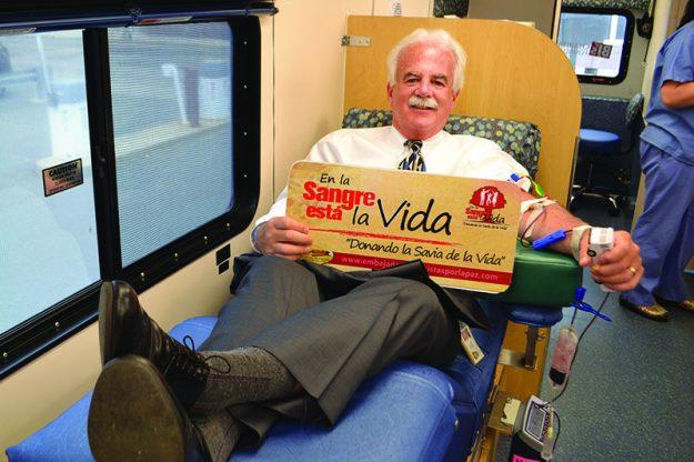 ➥➥ El jefe de la policía de Lynn, Kevin Coppinger, entre los donantes de sangre para el Children's Hospital.