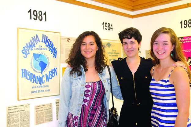 ➥➥ La Mexicana Isabel Jauregui, Corissa Hollenbeck y Fiona Yonkman, estudiantes de la clase de español 511 admiran la exposición de Semana Hispana.