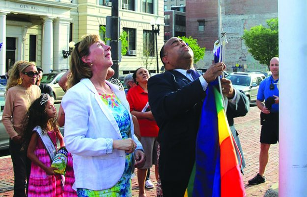➥➥ El Alcalde de Lawrence Dan Rivera y la Senadora Barbara L'Italien izan la bandera multicolor en el parque Campagnone por primera vez en la historia de la Ciudad de Lawrence.