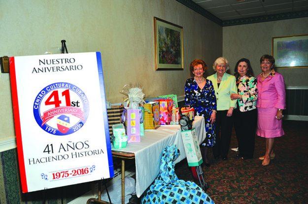 ➥➥ Grupo benéfico del CCC, mostrándo algunos de los regalos donados: De izquierda a derecha: Miriam Gorriaran, Miriam Palmerola, Hilda Quiñonez, Cloty Tabit y ausentes Elena Kouri y Lourdes Alvarez