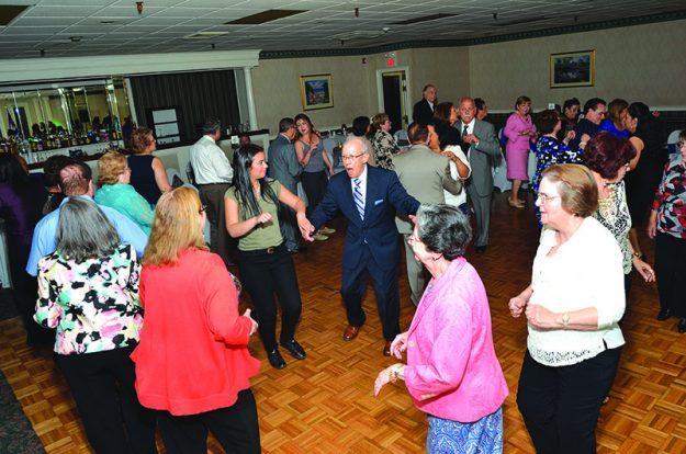 ➥➥No pararon de bailar durante toda la fiesta. Al centro Edy Tabit, el bailarín número 1 del CCC.
