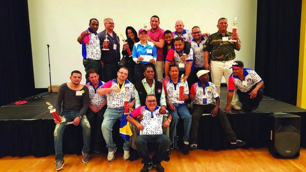 ➥➥ Algunos de los ganadores del Torneo de Dominó junto con organizadores del evento y la presidenta (al centro) de Warriors Domino League, Aida Silva.