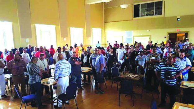 ➥➥ Participantes del torneo se toman unos minutos para rezar por todos los veteranos de la guerra y también por Alberto Rivera, quien en vida fue la mano derecha de Aida Silva en todo lo relacionado con la comunidad.
