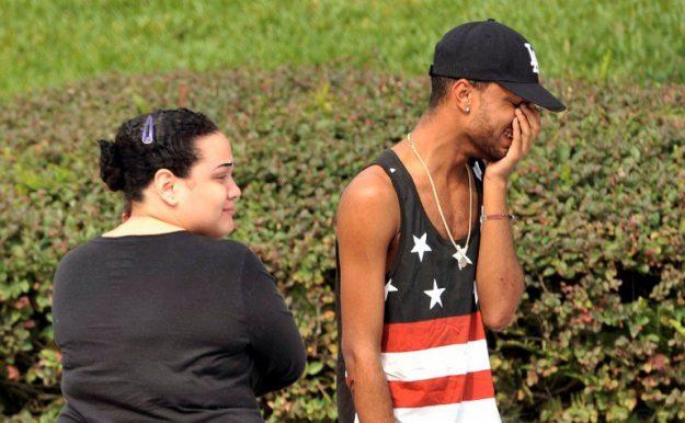 Amigos y familiares de afectados en la discoteca Pulse por el tiroteo que dejó 50 muertos. Foto: REUTERS/Steve Nesius.