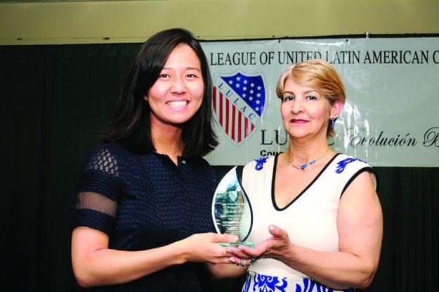 ➥➥ Patria Sánchez, presidenta de LULAC Evolución Boston entregó reconocimiento a la presidenta del Concejo de Boston Michelle Wu.
