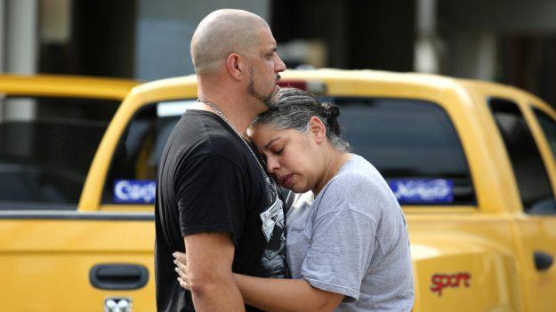 Ray Rivera, el Dj del club, es consolado por una amiga en las afueras del departamento de la Policía de Orlando (Joe Burbank/Orlando Sentinel).