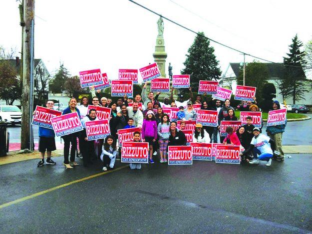 ➥➥ Saritin Rizzuto en campaña con latinos que la apoyan.