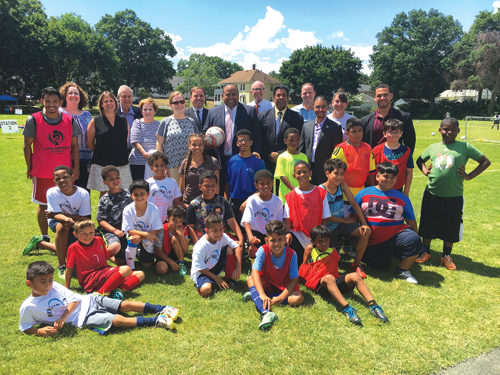 ➥➥ Alcalde Rivera junto a funcionarios públicos inauguraron un nuevo complejo recreacional.
