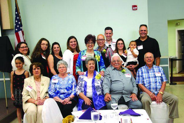 ➥➥ Martha López Velez posa con miembros de su familia en la entrega del Eartha Dengler History Award en el Centro de Envejecientes de Lawrence. Foto por Yadira Betances.
