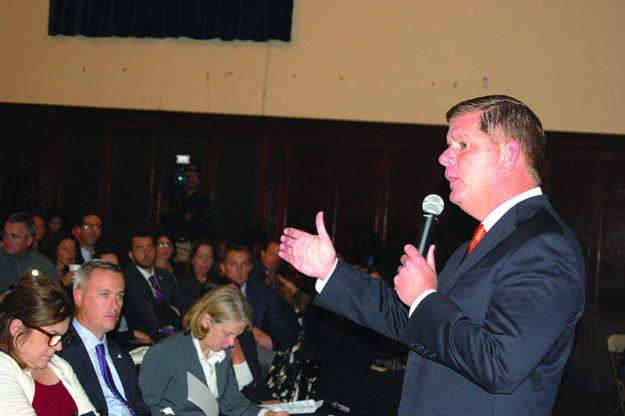 ➥➥ Alcalde Marty Walsh habla a los dueños de pequeños negocios.