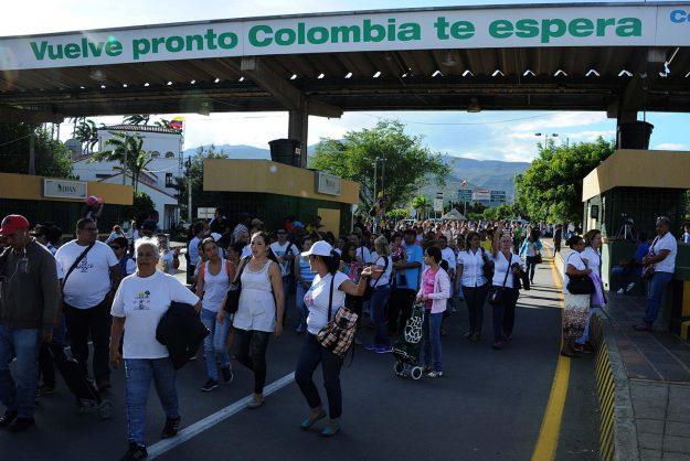 """Varias personas caminan por el puente fronterizo """"Simón Bolívar"""" entre Colombia y Venezuela,(Foto EFE/GABRIEL BARRERA)"""