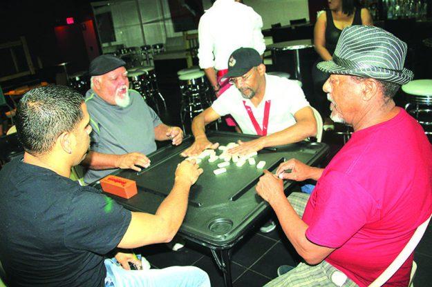 ➥➥ Almonte juega dominó con Julio Meléndez, Wilfredo Lugo y Justo Ceballo.