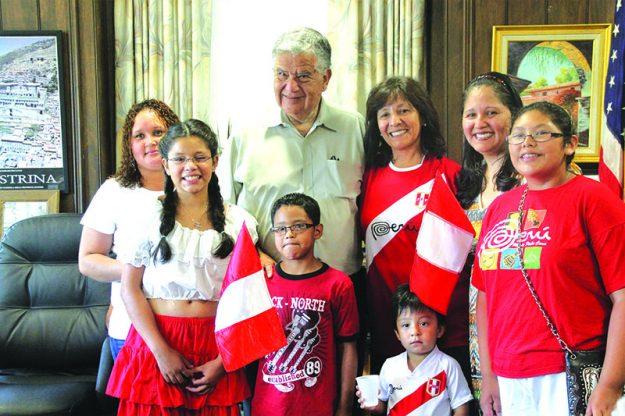 ➥➥ El Alcalde de Haverhill James Fiorentini posa con niños de descendencia peruana después izar la bandera por primera vez en la historia de la ciudad.