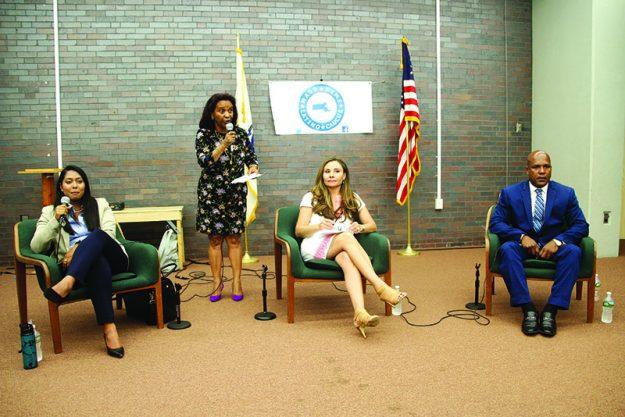 ➥➥ Foro político. De izquierda a derecha: Juana Matias, Marcia Cruz Redding del Caucus Demócrata Latino de Massachusetts, Marcela García como moderadora del evento y Juan Pascual.
