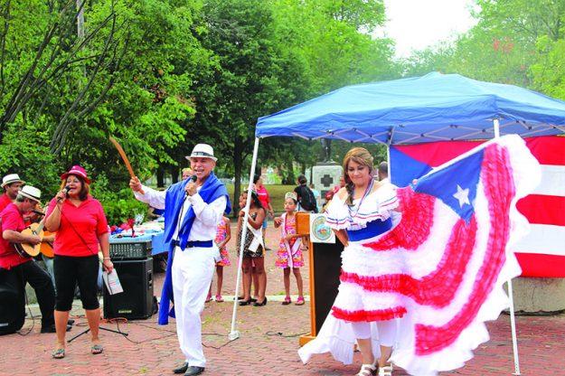 ➥➥ Carmen Olivo muestra el vestido que lleva la bandera de Puerto Rico mientras baila con Radames Marrero.