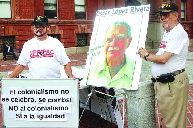 ➥➥ Ángel Rivera (a la izquierda) y Ramón García se opusieron de que la bandera puertorriqueña se izara el 25 de julio.