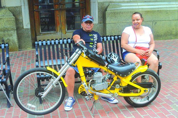 ➥➥ Mario Morel muestra con orgullo su creación, una Bici-Moto, es decir, una bicicleta con motor de gasolina.