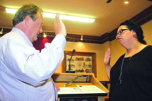 ➥➥ Myra Ortíz es juramentada como concejal por el Distrito A por el Secretario de la Ciudad William Mahoney.