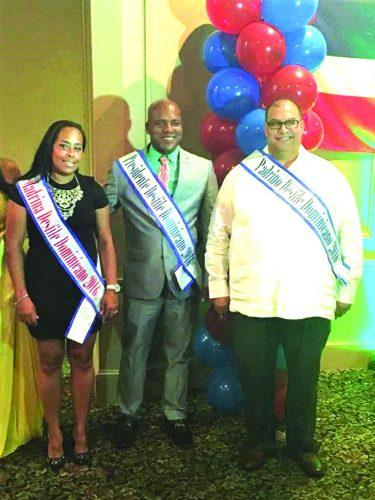 ➥➥ Juan Pascual, presidente del Desfile Dominicano posa con Kathy Cuevas y Plaxides Rafael Guzman, los padrinos del Desfile Dominicano en Lawrence.