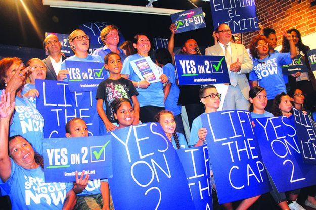 ➥➥ Padres, estudiantes y oficiales se reunieron en El Taller para apoyar la pregunta 2 la cual permitiría la expansión de las escuelas charter en Massachusetts.