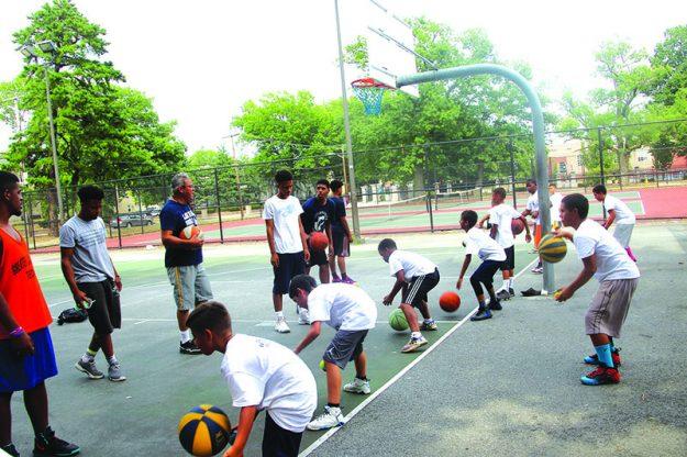 ➥➥ José Dilone Cruz enseña técnicas de baloncesto a niños de la Escuela Superior de Lawrence y la Escuela Técnica del Area de Lawrence.