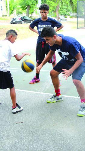 ➥➥ Héctor Moreno, estudiante de décimo grado en la Escuela Superior de Lawrence práctica con Luis González.