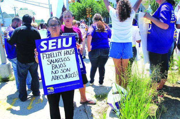 ➥➥ Nurys Cintrón agunta un cartelón pidiendole justicia laboral a Fidelity House.