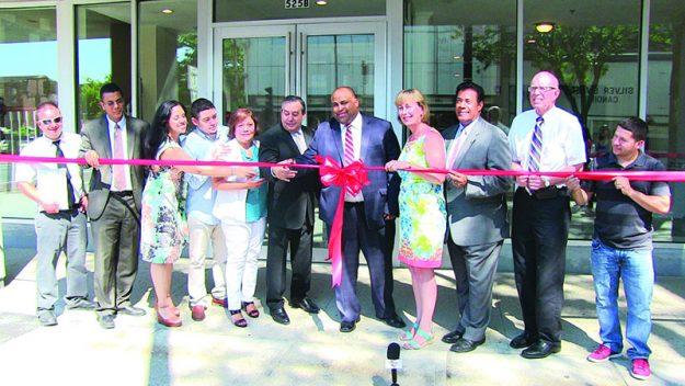 ➥➥ El alcalde Rivera corta la cinta para inaugurar oficialmente el edificio de apartamentos que también tendrá locales para uso comercial.