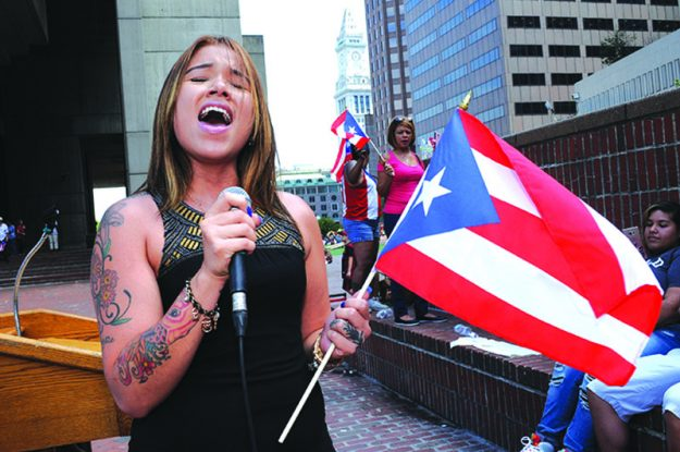 ➥➥ Con orgullo boricuas izaron su bandera en las instalaciones de la alcaldía de Boston el pasado lunes 25 de julio.