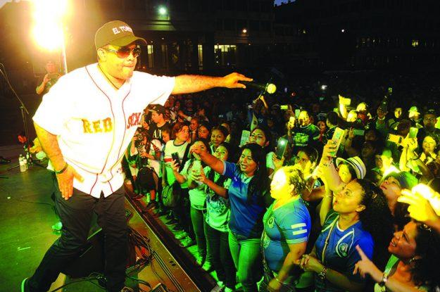 ➥➥ Al son de la bachata. Cientos de salvadoreños celebraron junto a El Torito durante el Festival Día del Salvadoreño-Americano.
