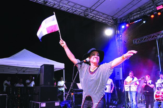 ➥➥ Milly Quezada amenizó la fiesta dominicana con su merengue.